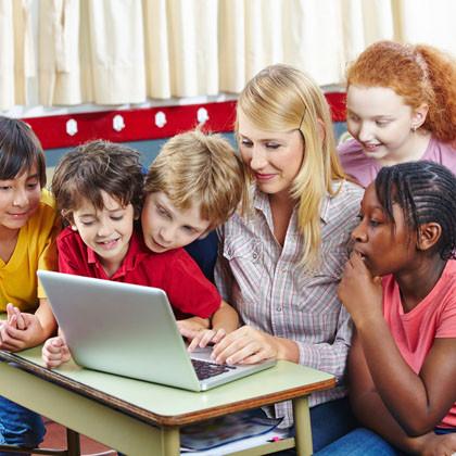 Schüler lernen mit Computer im Unterricht